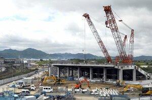 JR亀岡駅(左端)の近くで着々と建設工事が進む「京都スタジアム」(仮称)。サンガの成績低迷で公費負担の増加が懸念されている(京都府亀岡市)