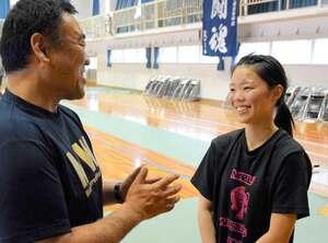 男子の試合会場で、日星高レスリング部の三村監督と意気込みを確認する水谷さん(右)=京都府京丹後市・網野高
