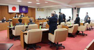 町議が発議した町長給与条例改正案の採決。左端は状況を見守る野瀬町長(甲良町役場)