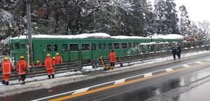 倒れた竹に接触し、停車した列車(17日午前9時40分、綾部市上杉町)