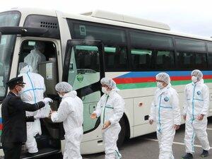 殺処分を行うため、防護服を着てバスに乗り込む滋賀県職員(滋賀県東近江市)=画像の一部を加工しています