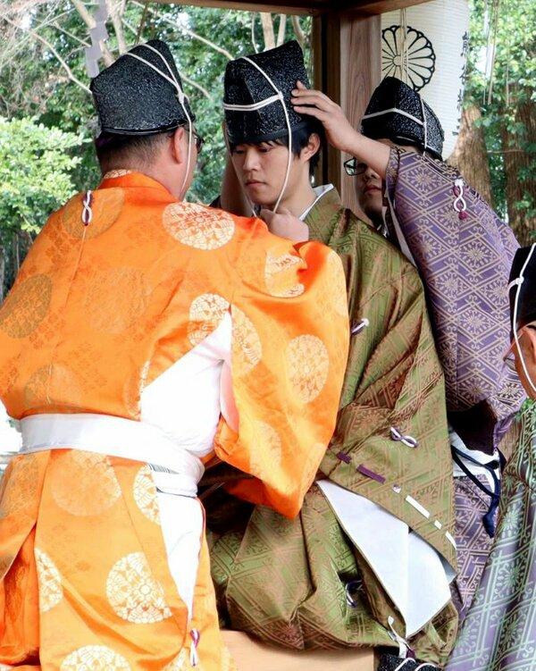 元服式で因みの親から冠を授けられた学生ら (京都市上京区・梨木神社)