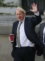英ロンドンの首相官邸に戻るジョンソン首相=6日(ゲッティ=共同)