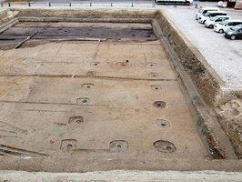 長岡京の貴族邸宅跡とみられる遺構。手前に正殿、奥に脇殿の柱穴がある=京都平安文化財提供