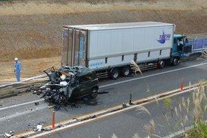衝突し、大破した軽乗用車(23日午後2時20分ごろ、京都府綾部市位田町)