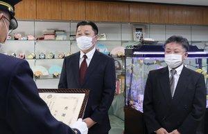 アパート火災の初期消火に尽力し、感謝状を受ける松好さん(左)と上田さん=京都市伏見区・マツヨシ
