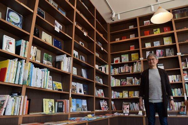 貸し棚で販売もできる無人書店「セルフブックス」。運営する平田さんはさまざまな体験イベントを計画している(大津市二本松・ブランチ大津京)