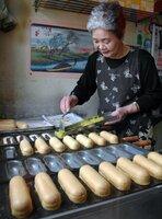 宮津名物のカレー焼きを作る松田さん。庶民の味を守り続けた(2006年、宮津市鶴賀)