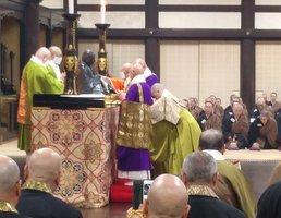 宗祖法然像のほこりを払う僧侶たち(京都市東山区・知恩院)