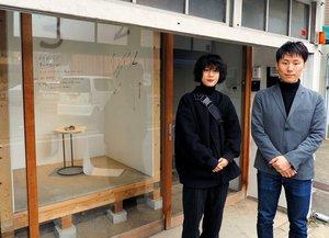 終夜展示を担当するHAPSの沢田さん(右)と今季の展示を企画した黒木さん