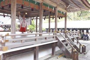規模を縮小して行われた鎮花祭で、舞を奉納するみこ(京都府亀岡市千歳町・出雲大神宮)