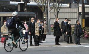 マスクを付けて通勤する人たち(17日午前8時19分、京都市下京区・JR京都駅前)