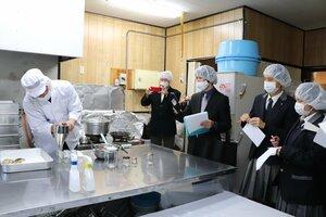 ジャムの加工場で道具の使い方などを見学する須知高の生徒ら(南丹市日吉町・食彩あん)