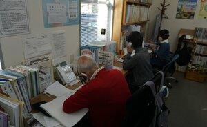 電話相談を受けるボランティアスタッフ(京都市上京区・京都犯罪被害者支援センター)