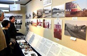 半世紀前に湖西地域を走っていた江若鉄道の写真が並ぶ会場(大津市坂本・スタジオ ピッコロ)