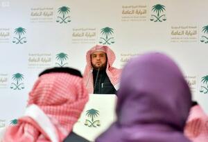 23日、サウジアラビアの首都リヤドで記者会見する検察報道官(中央)(国営サウジ通信提供・ロイター=共同)