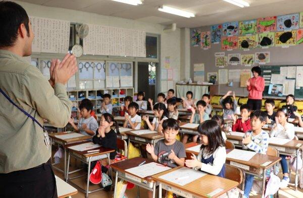 手をたたいたり握ったりして特殊音節を学ぶ子どもたち(京都府福知山市天田・昭和小)