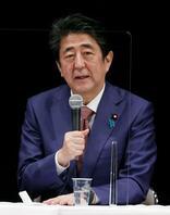 憲法を考えるシンポジウムに出席した安倍前首相=22日夜、東京都千代田区
