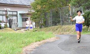 竹野学区の運動会で毎年、行われる聖火リレー。住民らに見守られながら走る竹野小の児童(9月20日、京都府京丹波町高岡)