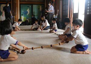 「数珠回し」をする壬生寺保育園の園児ら(京都市中京区)