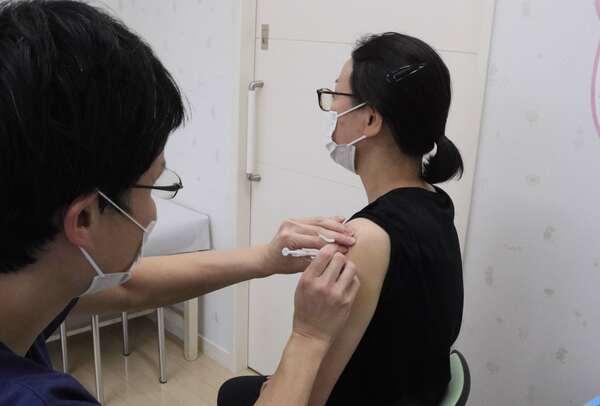オーストリアの女子空手代表の受け入れに向けワクチン接種を受けるホテル関係者(京都府亀岡市篠町)