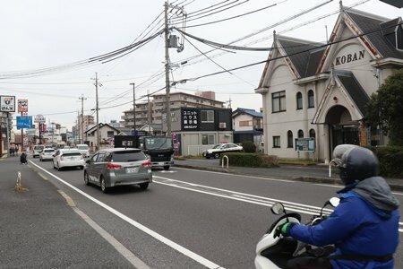 冨田容疑者が確保された現場付近。自転車に乗って東進していたという(27日午前10時17分、大津市大江2丁目)