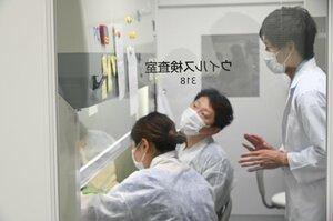 ガラス越しのエリアは陽圧されたクリーンベンチがある専用の部屋。最も清潔なエリアでPCR反応試薬を調製する=写真はいずれも6月29日、京都市伏見区・府保健環境研究所