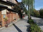 風情ある町並みが人気の祇園新橋かいわい。においをめぐる焼き鳥店と地域の対立が続いている(京都市東山区)