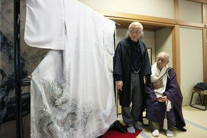 迫力ある昇り竜を描いた澤井さん(左)と壬生寺の松浦貫主=京都市中京区・壬生寺