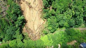 斜面が崩れ、叡山電鉄の線路が大量の土砂や倒木で覆われた(京都市左京区鞍馬の貴船口駅から南約200メートル付近)=同社提供