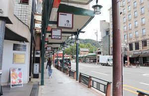 人通りもまばらな平日の京都市東山区四条通大和大路東入ル祇園町北側周辺。コロナ禍に伴う観光需要の減少が響き、地価上昇率が鈍化した