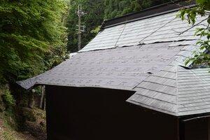 銅板が剥がされた因超寺本堂の屋根(大津市山中町)