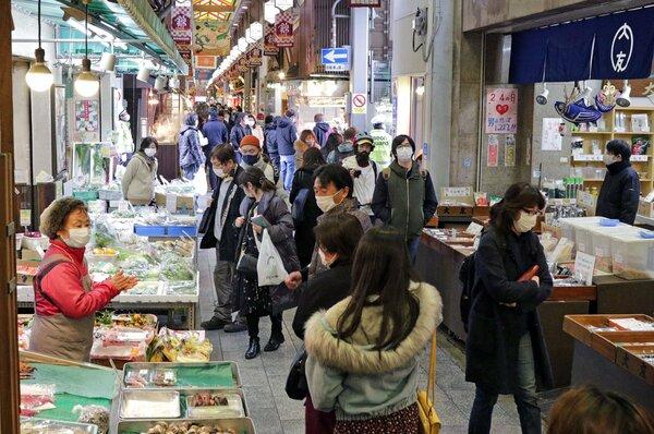 例年に比べて買い物客が少ない錦市場(2020年12月30日午前11時52分、京都市中京区)