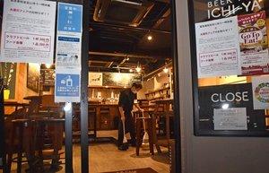 京都府の要請に応じて午後8時で閉店し、店内の片付け作業をする飲食店(14日午後8時8分、京都市中京区)