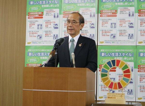 会見で2019年度の決算概要について説明する門川市長(京都市中京区・市役所)