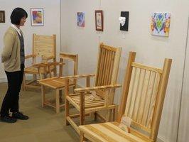 木目の美しい椅子が並ぶ北桑田高生による卒業制作展(京都市右京区啓北・あうる京北)