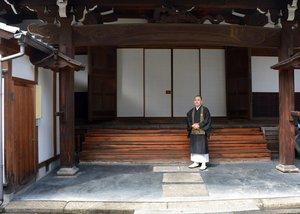 今年の彼岸法要を営む庭先に立つ池口住職(京都市下京区・龍岸寺)
