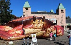 入り口に出現した巨大なカニのオブジェ(京都府京丹後市弥栄町・丹後王国「食のみやこ」)