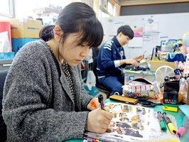教え子たちの写真でアルバムを手作りする福井教諭(京都市上京区・嘉楽中)