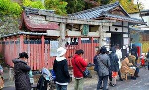 「刀剣女子」の間で人気を集め、長い行列ができるる相槌神社の本殿(京都府八幡市)