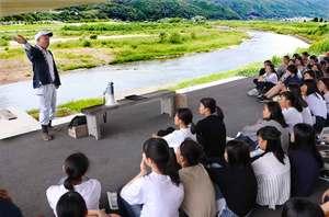 保津川下りの船頭からプラスチックごみの現状について説明を受ける生徒たち(京都府亀岡市保津町)