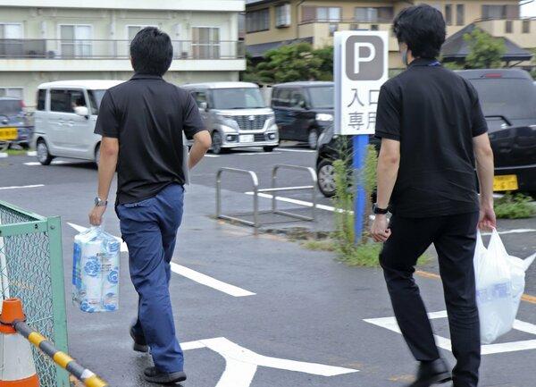 新型コロナの自宅療養者の生活支援で、スーパーで買い物を代行した神奈川県海老名市の職員ら=8月