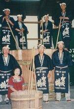 全国の蔵元を巡り、職人の心意気に触れた。左下が阪田さん(1997年9月、広島県)