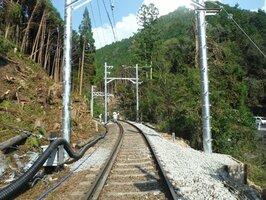 線路をふさぐ木を伐採し、木製電柱はコンクリート製となった(10月19日)=写真は提供