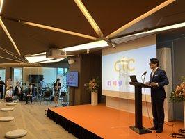 開業イベントでCICの事業内容などを紹介する梅澤会長(東京都港区・虎ノ門ヒルズビジネスタワー内)