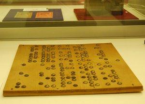 視力や指先が不自由な入所者が点字を覚えるため大きなびょうを使って作られた点字練習板