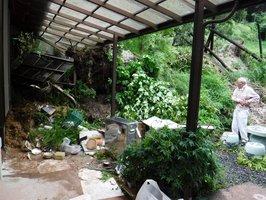 土砂崩れで軒下が破壊された民家(19日午後1時31分、滋賀県甲賀市信楽町)