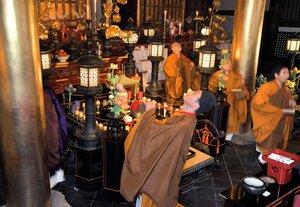体を揺らしながら内陣を回り、念仏を唱える僧侶(13日、京都市東山区・六波羅蜜寺)