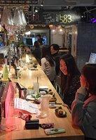 午後8時を過ぎても営業が続く飲食店(1日午後8時6分、京都市中京区)