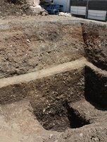 旧二条城の堀跡。室町通を突き抜ける形で築かれ、防御施設「出隅」を囲った可能性がある(京都市上京区)